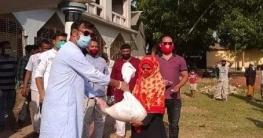 নিম্ন আয়ের মানুষদের মাঝে খাদ্যসামগ্রী দিচ্ছেন এমপি মমিন মন্ডল