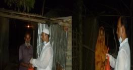রাতে বাড়ি বাড়ি খাদ্য সামগ্রী পৌছে দিলেন এমপি আজিজ