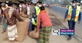 উল্লাপাড়ায় মহাসড়কের পাশে থেকে দোকান উচ্ছেদ অভিযান