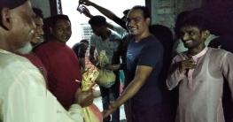 বেলকুচিতে গভীর রাতেও কর্মহীনদের ঈদ উপহার দিলেন যুবলীগ নেতা