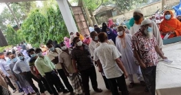 উল্লাপাড়ায় করোনা টিকা নিতে সাধারণ মানুষের উপচে পরা ভির