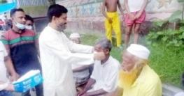 উল্লাপাড়ায় মাস্ক বিতরণ করলেন সলপ ইউপি চেয়ারম্যান
