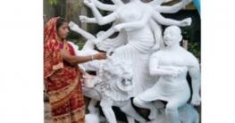 উল্লাপাড়ায় এখন রংয়ের আস্তর দূর্গাপূজার প্রতিমায়