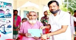উল্লাপাড়ায় ভাতাভোগীদের মাঝে বই বিতরণ